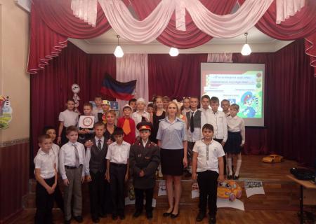 Сотрудники ГАИ обучают ПДД донецких школьников